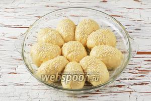 Смазать пирожки разболтанным яйцом (1 штука), посыпать кунжутом (1 ст. л.).