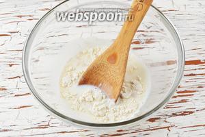 В тёплое молоко (36°С) добавить раскрошенные дрожжи (15 г), сахар (1 ч. л.) и  муку (1 ст. л.). Перемешать, накрыть полотенцем и оставить в тёплом месте на 15 минут.