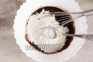 Добавить просеянную пшеничную муку (1 стакан) и соду (1 ч. л.), гашёную уксусом (1 ч.л.).