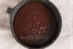 Тесто выложить в форму для выпечки, дно которой застелено промасленным пергаментом, диаметром 20-22 см. Выпекать в предварительно разогретой духовке (180-190°С, ориентируйтесь, пожалуйста, по своей духовке) примерно 35-40 минут до сухой лучины, но не пересушите.