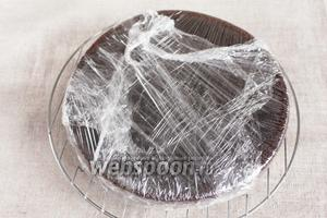 Готовый бисквит для черёмухового торта вынуть из формы и остудить на решётке. Остывший бисквит завернуть в пищевую плёнку и дать отлежаться несколько часов, лучше оставить на ночь.