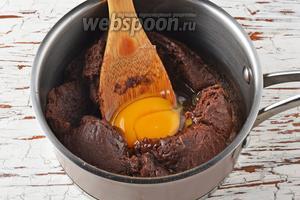 По 1 вмешать яйца (5 штук). Вмешивать следующее яйцо только после того, как хорошо вмешается предыдущее.