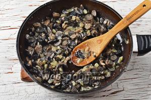 Готовить, помешивая, 15-18 минут. В конце приправить солью (0,5 ч. л.). Охладить.