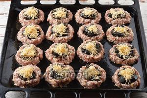 Сверху на грибы выложить натёртый твёрдый сыр (60 г).