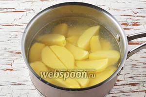 Картофель (500 г) очистить и отварить до готовности.