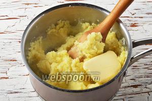 Слить воду, а картофель размять со сливочным маслом (2 ст. л.), приправив солью (0,75 ч. л.) и чёрным молотым перцем (0,1 ч. л.).
