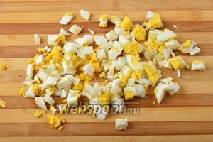 2 яйца отварить вкрутую, очистить и нарезать кубиками.