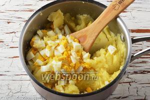 Соединить яйца и картофель. Перемешать.