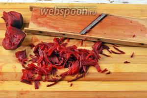 Свёклу (70 г) отварить в кожуре до готовности. Очистить и натереть на тёрке для овощей по-корейски.