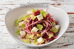 Соединить свёклу, грушу, савойскую капусту, заправку. Перемешать. Выложить на блюдо. Сверху разложить сыр Бри. Салат готов к подаче.