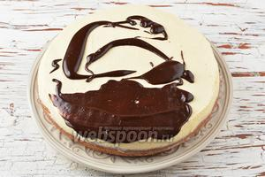 Покрыть глазурью верх и бока торта.