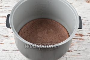 Готовую основу (бисквит) охладить и вынуть из чаши мультиварки.