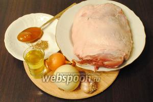 Подготовить продукты для приготовления буженины: лук, масло, мёд, свинину, специи, соль и чеснок.