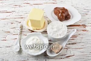 Для работы нам понадобится сливочное масло, сметана, мука, соль, свежие дрожжи, варёное сгущённое молоко.