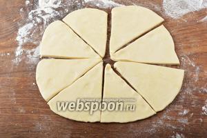 Разделить тесто на 2 части. Каждую часть раскатать в круг толщиной 0,5 сантиметра. Разрезать круг на 8 сегментов.