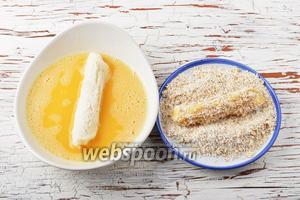 2 яйца взбить вилкой вместе с солью (0,5 ч. л.). Каждый хлебный рулет обмакнуть со всех сторон в яйце, а затем обвалять в хлопьях.