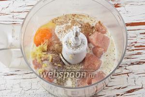 Добавить в чашу молоко (200 мл), 1 яйцо, картофельный крахмал (1 ст. л.), соль (1 ч. л.), чёрный молотый перец (0,1 ч. л.), кардамон (0,1 ч. л.), кориандр (0,2 ч. л.), мускатный орех (0,1 ч. л.), очищенный и пропущенный через пресс чеснок (3 зубчика).
