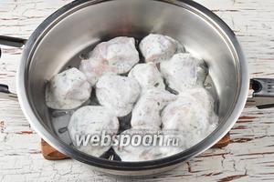 На разогретую сковороду без жира выложить кусочки филе с небольшим количеством кефирного маринада, достаточного для тушения курицы.