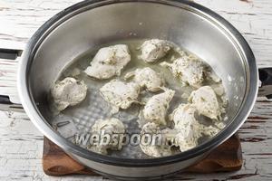 Время от времени перемешивайте кусочки филе и, если будет такая необходимость, добавляйте кефирный маринад.