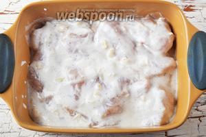 Выложить куриное филе, вместе с маринадом, в форму для запекания. Накрыть форму пищевой фольгой. Отправить в предварительно разогретую до 200°С духовку на 30 минут.