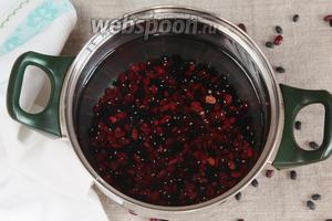 Промыть бобы красной сухой фасоли (1 стакан), залить холодной питьевой водой (4 стакана) и довести до кипения. Варить с закрытой крышкой на медленном огне 1-1,5 часа, до полной готовности фасоли. В процессе варки количество воды значительно уменьшится. При необходимости добавить воды ещё, фасоль должна быть полностью покрыта.