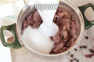 Добавить сахарный песок (4 ст. л.) и продолжать пюрировать. Масса получается практически однородной, с мелкими вкраплениями кожицы фасолевых бобов.