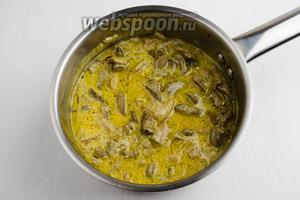 Блюдо готово. Тушеные в сметане куриные сердечки с грибами подавать к обеду или ужину.