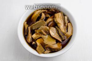 В первую очередь подготовить грибы. Сухие белые грибы (50 г) замочить в холодной воде. Выдержать 20 минут.