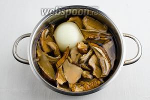 Отварить грибы в воде (400 мл), добавив небольшую луковицу (1 шт.), в течение 30 минут.