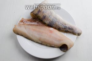 Отделить филе от хребта рыбы. Удалить оставшиеся косточки.