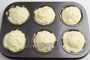 Сверху начинки разложить ещё тесто. Поставить формы с заготовками булочек в горячую духовку. Выпекать булочки при температуре 180°С в течение 40 минут до румяности.