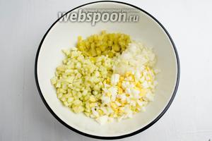 Все ингредиенты процедить от излишка жидкости. Соединить в глубокой посуде.