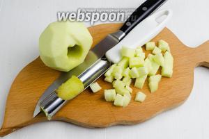 Яблоки (2 шт.) вымыть, очистить от кожуры, вынуть сердцевину. Нарезать яблоки мелким кубиком.