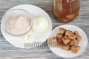 Основные ингредиенты, которые потребуются для приготовления котлет из сейтана: готовый сейтан, лук репчатый, чеснок, мука пшеничная цельнозерновая.