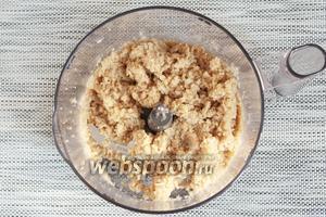 Измельчить ингредиенты в фарш. Попробуйте фарш на соль, при необходимости добавьте по вкусу.