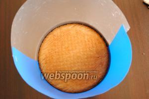 Остывший бисквит выложить обратно в форму.