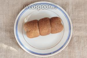 Аккуратно отжать колбасу от бульона, промокнуть салфеткой и можно подавать к столу.
