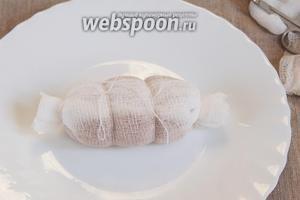 Сформовать колбаску и завернуть марлю. Завязать туго концы конфеткой и ещё сделать 2 завязки, равноудалённые друг от друга, но не тугие, только чтобы прижать марлю. В готовом виде эти кольца будут создавать подобие магазинной колбасы. :)