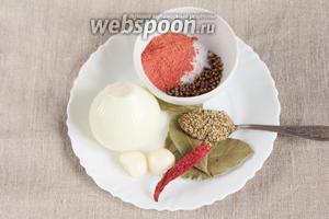 Ингредиенты, которые потребуются для приготовления бульона: вода питьевая, лук репчатый, чеснок, паприка молотая, соль, кориандр в зёрнах, орегано, лавровый лист и небольшой стручок острого перца.