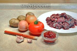 Подготовим продукты: мякоть говядины, порезанную небольшими кусочками, картофель, лук, помидор, томатную пасту, паприку, чеснок.