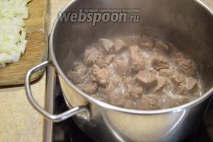 В раскалённую кастрюлю без растительного масла кладём мясо (700 г). Постоянно помешивая, ждём появления сока.
