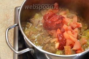 Далее кладём томатную пасту (3 ст. л.) и 1 помидор, который предварительно необходимо очистить от кожуры.
