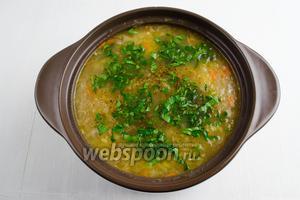 Добавить рубленую зелень (5 веток петрушки). Оставить суп немного настояться. Подавать к обеду горячим.