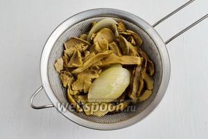 Готовые грибы отбросить на дуршлаг. Грибной бульон обязательно процедить через 2 слоя марлевой салфетки! Грибы нарезать кусочками.