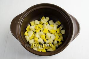 Картофель (4 штуки) очистить, нарезать кубиком. Выложить его в кастрюлю.
