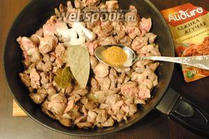 В масле, где обжаривался лук с чесноком, обжарить потрошки. Добавить специи по вкусу (1 ст. л. аджики), 2 лавровых листика и соль (1 ст. л.). Хорошо перемешать, продолжая обжаривать.