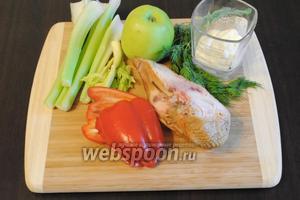 Для салата подготовить набор продуктов: стебли сельдерея, болгарский перец, яблоко зелёное, майонез, зелень и копчёную куриную грудку