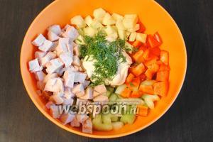 Все составляющие салата сложить в миску. Добавить майонез (2 ст. л.), зелень по вкусу. По необходимости добавить соль, перец по вкусу. Перемешать.
