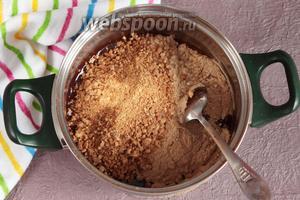 Добавить в шоколадную массу обжаренную муку и измельчённый жаренный арахис, тщательно перемешать.
