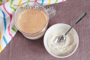 Молоко (200 мл) смешать с коньяком (1 ст. л.). Сахарный песок (2 ст. л.) смешать с мукой пшеничной (2 ст. л.) и ванилином (1/3 ч. л.).